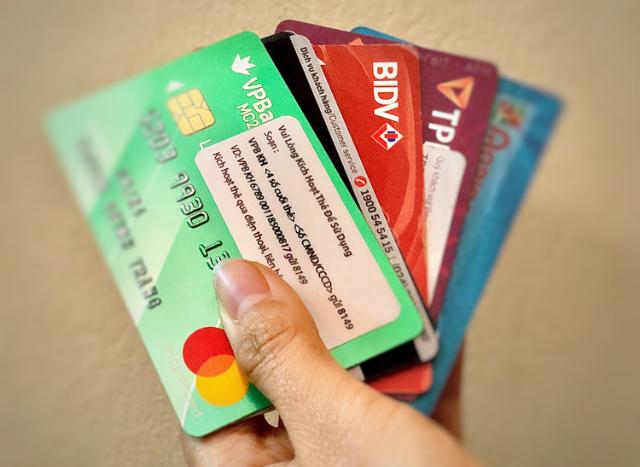 Thẻ tín dụng một số ngân hàng. Ảnh: Quỳnh Trang.