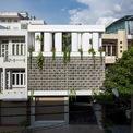 <p> Ngôi nhà tại TP HCM được xây dựng 3 tầng nhiều cây xanh, không gian bên ngoài được phủ kín bằng gạch cong.</p>