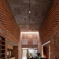 """<p> Ngôi nhà được bố trí theo chiều dọc.<span style=""""color:rgb(0,0,0);"""">Mái nhà được để thô, tạo cảm giác thân thuộc, giản dị. T</span>ất cả nội thất được làm bằng gỗ lấy từ mái của ngôi nhà cũ, giúp tổng chi phí xây dựng chưa đến 22.000 USD (khoảng 515 triệu đồng).</p> <p class=""""Normal""""> </p>"""