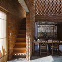<p> Tiếp nối phòng khách là cầu thang dẫn lên tầng 2.</p>