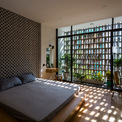 <p> Phòng ngủ của gia đình ở phía trước ngôi nhà, nơi có thể được chiếu sáng bởi ánh nắng từ bên ngoài.</p>
