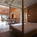 <p> Phía sau cùng là giường ngủ, không gian này được ngăn cách với khu vực sinh hoạt chung bằng tấm rèm mỏng.</p>