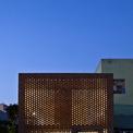 """<p> Nhìn từ ngoài vào, ngôi nhà như một """"cái tổ"""" vuông vức với các lớp gạch xếp chồng, xen kẽ ở mặt tiền. Cách thiết kế tường gạch nung xếp xen kẽ tạo thành các lỗ trống để gió và ánh sáng có thể đi qua tất cả mọi ngóc ngách trong nhà.</p>"""