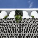 <p> Cùng với khoảng tường lớn là gạch cong màu xám, bên trên mái nhà còn được thiết kế những khung tường cong màu trắng, tạo nên sự hài hòa.</p>