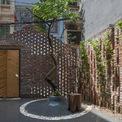 <p> Cổng trước được xây dựng bằng những viên gạch xen kẽ tạo ra hàng rào thưa thớt ngăn cách ngôi nhà với đường phố nhưng đồng thời chia sẻ không gian xanh với hàng xóm.</p>
