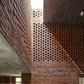 """<p class=""""Normal""""> Thiết kế đặc biệt của các bức tường gạch cho phép gió và ánh sáng đi đến tất cả các góc của ngôi nhà, ngay cả những khu vực khó tiếp cận nhất.</p> <p class=""""Normal""""> </p>"""