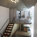 <p> Không gian bên trên ngôi nhà là phòng ngủ, cũng được tối giản đồ đạc.</p>