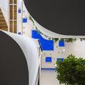 <p> Ngôi nhà được chiếu rọi bởi khoảng giếng trời trên mái, cung cấp ánh sáng trực tiếp xuống không gian bên dưới.</p>