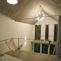<p> Ánh sáng và hệ thống thông gió được đưa vào ngôi nhà và đặc biệt được lựa chọn phù hợp cho từng không gian. Kiến trúc sư đã chọn vật liệu tự nhiên và mộc mạc để mang lại cảm giác gần gũi, thoải mái, nhưng vẫn đảm bảo chất lượng sống tốt nhất.</p>