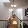 <p> Tầng trên là không gian sinh hoạt và ăn uống, phía mặt tiền của ngôi nhà là phòng ngủ dành cho gia đình.Một phòng ngủ và góc học tập cho cô con gái được đặt ở phía sau.</p>