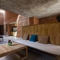 <p> Ngay cửa vào là phòng khách. Không gian này được ngăn cách với lối đi bằng tủ gỗ.</p>