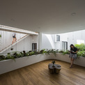 <p> Một không gian sinh hoạt chung trong ngôi nhà với diện tích rộng rãi. Có thể thấy mọi khu vực đều được liên kết bằng cửa sổ và những cây cầu gỗ mỏng, tạo nên sự gắn kết.</p>