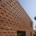 <p> Các lớp gạch được bố trí và sắp xếp đan xen. Bên hông nhà, gia chủ và kiến trúc sư bố trí thêm một lối đi rộng.</p>