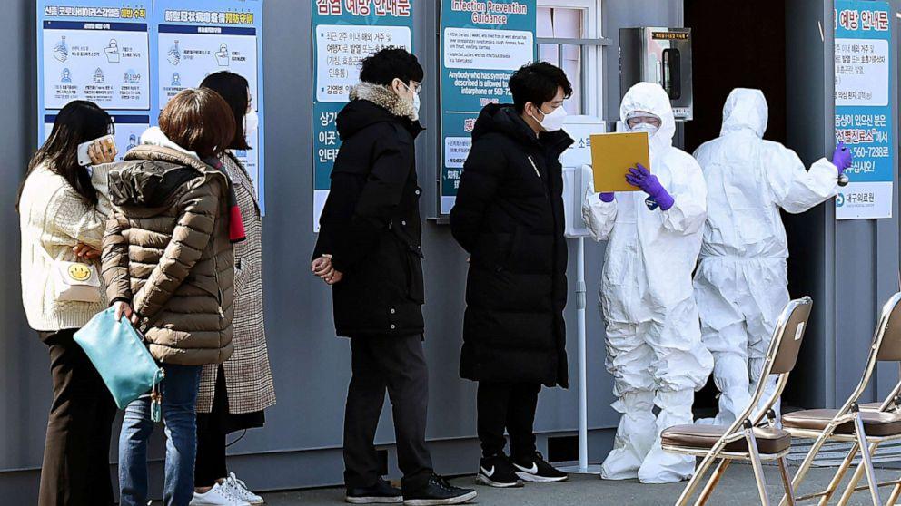 Covid-19 nguy cơ trở thành đại dịch, cổ phiếu Nhật Bản lao dốc hơn 3%