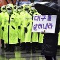 """<p class=""""Normal""""> Một người dân Hàn Quốc cầm tấm biển ghi """"Cứu Daegu"""" tại Daegu vào ngày 25/2. Nhiều người dân tại thành phố này giận dữ vì cho rằng chính phủ đã phản ứng quá chậm chạp để ngăn chặn dịch.<br /><br /><span>Nhiều nhà lập trình phầm mềm tại Hàn Quốc phát triển ứng dụng di động nhằm giúp người dùng nhận biết được nơi nào có người được xác nhận nhiễm virus Covid-19. Trong đó, ứng dụng Coronaita cho biết người nhiễm bệnh đã đi tới bao nhiêu địa điểm trong bán kính 3 km so với địa điểm của người dùng. CoBack là ứng dụng tự động cảnh báo nếu xuất hiện nguy cơ nhiễm bệnh trong vòng 100 m.</span></p> <p class=""""Normal""""> <span>Trong khi đó, CoronaNow, một trang web do các học sinh trung học ở Daegu dựng lên, chứa tất cả dữ liệu chính thức và tin tức mới nhất về dịch Covid-19 do chính phủ và cơ quan y tế công bố. Trang web này quyên góp tất cả lợi nhuận kiếm được từ việc quảng cáo cho những công dân có nhu cầu ở Daegu. Ảnh:</span><span><em>AP</em>.</span></p>"""