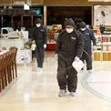<p> Nhân viên mặc đồ bảo hộ phun thuốc khử trùng tại một trung tâm thương mại ở Daegu vào ngày 24/2. Một ngày trước đó, chính phủ nâng mức cảnh báo đối với dịch Covid-19 lên mức cao nhất. Học sinh của tất cả trường công lập sẽ được nghỉ đông tới ngày 9/3. Các buổi hòa nhạc và sự kiện thể thao tại Hàn Quốc đều bị hoãn hoặc hủy bỏ. Đám cưới hay lễ tang được khuyến nghị tổ chức ở quy mô nhỏ. Ảnh: <em>AP</em>.</p>