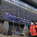 <p> Người dân đi ngang qua một nhà thờ của giáo pháiTân Thiên Địa ở Daegu vào ngày 24/2. Một ngày trước đó, Tổng thống Hàn Quốc Moon Jae-in cho biết nhà sẽ áp dụng các biện pháp chưa từng có tiền lệ và có thể nằm ngoài hạn chế của pháp luật, bao gồm việc đóng cửa nhà thờ và ngăn chặn hoạt động của giáo phái Tân Thiên Địa được cho là nguyên nhân biến Daegu thành ổ dịch lớn ở nước này. Ảnh: <em>Getty Images.</em></p>