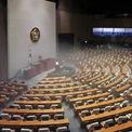 <p> Các nhân viên đang khử trùng tòa nhà quốc hội tại Seoul, Hàn Quốc vào ngày 25/2. Quốc hội Hàn Quốc hủy họp và lần đầu phải đóng cửa tòa nhà trụ sở sau khi một số quan chức tiếp xúc với người nhiễm virus Covid-19. Tòa nhà dự kiến bị đóng cửa đến hết ngày 26/2. Nhiều bộ ngành chính phủ cũng hủy hoặc giảm số lượng cuộc họp, các chuyến thăm làm việc và gặp gỡ báo chí. Quy trình kiểm tra an ninh cũng được siết chặt tại các cơ sở của chính phủ Hàn Quốc. Ảnh: <em>Reuters</em>.</p>
