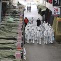 """<p> Từ sau khi dịch bùng phát, thành phố Daegu với 2,5 triệu dân trở nên vắng lặng, hàng loạt hàng quán treo biển """"đóng cửa"""". Chỉ có một số ít người dân ra ngoài tìm nhu yếu phẩm. Người dân được khuyến cáo ở trong nhà và hạn chế ra ngoài trong 2 tuần tới. Ảnh: <em>AP</em>.</p>"""