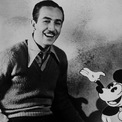 <p> Walt Disney sinh năm 1901tại Chicago, Illinois, Mỹ. Ông là con thứ 4 trong gia đình có bố là nông dân, thợ mộc và thầu xây dựng người Canada gốc Ireland, còn mẹ - người gốc Đức - là giáo viên trường công. Năm Walt 4 tuổi, gia đình Disney chuyển đến Marceline, Missouri.Từ khi còn học trung học, Walt Disney đã mong muốn trở thành một họa sĩ truyện tranh. Ông tham gia các lớp học nghệ thuật ngoại khóa tại Học viện Mỹ thuật Chicago. Ảnh: <em>Getty Images</em></p>