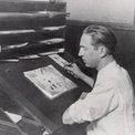 <p> Sau đó, ông làm việc tại một công ty quảng cáo phim ở thành phố Kansas, Missouri và thành lập xưởng phim hoạt hình đầu tiên của mình mang tên Smile-O-Grams nhưng không thành công. Walt Disney quyết định chuyển đến Hollywood. Năm 1923, ông cùng với anh trai Roy O. Disney sáng lập xưởng phim hoạt hìnhDisney Brothers Cartoon Studio (sau này là Walt Disney Studio). Walt phụ trách việc sáng tạo của công ty trong khi Roy điều hành bộ phận kinh doanh.Ảnh: <em>Waltinkc</em></p>