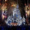 """<p class=""""Normal""""> 5 năm sau, hình ảnh chú chuột Mickey lần đầu tiên xuất hiện trong bộ phim hoạt hình ngắn Steamboat Willie (Tàu hơi nước Willie). Năm 1937, bộ phim hoạt hình dài đầu tiên của Disney """"Bạch Tuyết và 7 chú lùn"""" thành công rực rỡ, giúp công ty từ cảnh nợ nần thành doanh nghiệp trị giá hàng triệu USD.<span>Vào cuối những năm 1950, Walt đã tạo ra một thế giới giải trí gia đình hoàn chỉnh với phim ảnh, chương trình truyền hình và công viên giải trí.</span><span style=""""color:rgb(34,34,34);"""">Ảnh:</span><em style=""""color:rgb(34,34,34);"""">Getty Images</em></p>"""