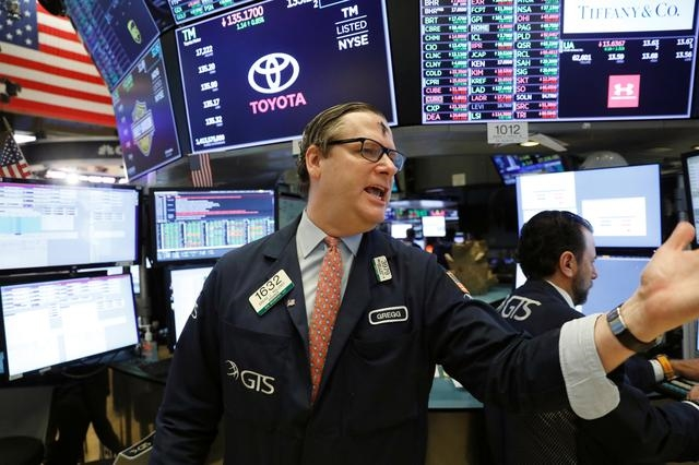 Nhân viên môi giới tại san NYSE ngày 26/2. Ảnh: Reuters.