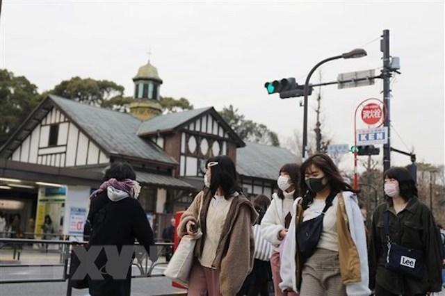 Người dân đeo khẩu trang phòng tránh lây nhiễm dịch COVID-19 tại Tokyo, Nhật Bản, ngày 25/2.