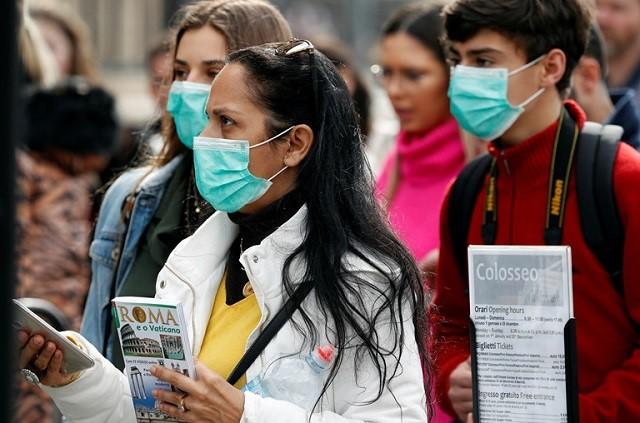 Người dân đeo khẩu trang ở Rome, Italia. Ảnh: Reuters.