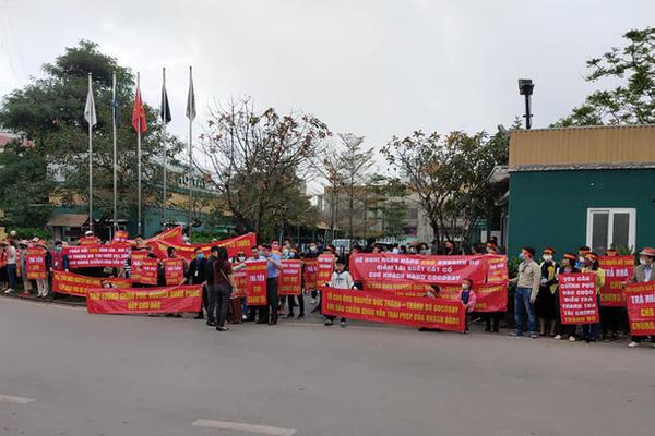 Khách Cocobay Đà Nẵng căng băng rôn đỏ rực, vây kín trụ sở Thành Đô tại Hà Nội