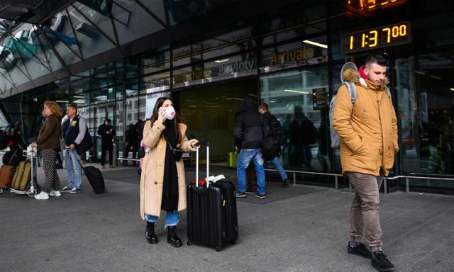 Hành khách ở sân bay quốc tế Krakow, Ba Lan hôm 26/2. Ảnh: NY Times.