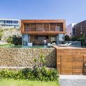 <p> Nằm ở Nha Trang - thành phố biển xinh đẹp của Việt Nam, công trình này là một trong 3 biệt thự nghỉ dưỡng đặc biệt nằm trên cùng ngọn đồi có hướng nhìn ra biển. 3 biệt thự được thiết kế gồm nhà đá, nhà gỗ và nhà kính.</p>