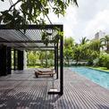 """<p> Biệt thự được tối giản tường bao, chỉ gồm 2 bức tường """"thảm thực vật"""" thẳng đứng ở phía trước và sau nhà, mang lại sự riêng tư cho các phòng ngủ, tạo sự thông gió tự nhiên.</p>"""