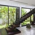 <p> Cầu thang đã được di dời để phân chia tốt hơn không gian tầng trệt, tạo ra điểm nhấn mới của phòng khách với thiết kế bước nổi.</p>