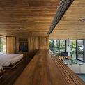 """<p> Trong khối """"hộp gỗ"""" là 2 phòng ngủ hướng biển và đồi núi với các cửa sổ lớn có thể mở rộng, nhìn ra ngoài.</p>"""