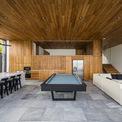 <p> Không gian chính ở tầng trệt bao gồm khu vực ăn uống, nhà bếp và phòng khách được hợp nhất độc đáo, kết nối liền mạch với không gian ngoài trời.</p>