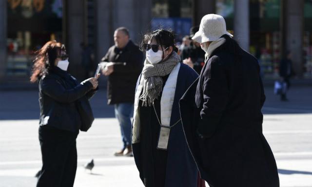 Du khách tại thành phố Milan, Italy hôm 28/2. Ảnh: AFP.
