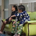 <p> Người già trong chung cư ngồi dưới không gian chung của tầng trệt.</p>