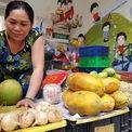 <p> Trong khu vực dân cư, một sạp hàng bán rau, củ, trái cây được mọc lên. Người bán hàng cho biết thuê chỗ bán, trả tiền theo tháng. Chị cũng là người kinh doanh mặt hàng tươi sống duy nhất trong Thái An 4.</p>