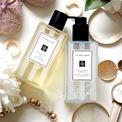"""<p> <strong>5. Jo Malone</strong></p> <p class=""""Normal""""> <span>Jo Malone là một trong những niềm tự hào của người Anh khi nhắc đến lĩnh vực nước hoa, được thành lập năm 1990.</span></p> <p class=""""Normal""""> <span>Sản phẩm nước rửa tay của Jo Malone là cả bộ sưu tâp mùi hương được chia thành 5 chủ điểm mùi hương chính: hương citrus (5 sản phẩm); hương trái cây (4 sản phẩm); hương hoa nhẹ nhàng (4 sản phẩm); hương hoa (4 sản phẩm); hương gỗ (2 sản phẩm).</span></p> <p class=""""Normal""""> <span>Trong đó nổi bật nhất</span><span>English Pear &amp; Freesia, một trong những mùi hương hàng đầu của hãng được pha vào nước rửa tay và điều đó có nghĩa là bàn tay của bạn được ướp trong</span><span>hương hoa tươi mát và thanh ngọt của lê và lan Nam Phi.</span></p> <p class=""""Normal""""> Dung tích: 250 ml<br /> Giá bán: 36 USD</p>"""
