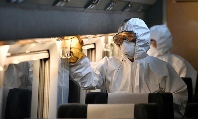 Nhân viên khử trùng một đoàn tàu tại Seoul, Hàn Quốc ngày 4/3. Ảnh: AFP.