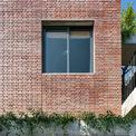 <p> Lớp gạch trần bên ngoài được xây 2 lớp cách nhau bởi một lớp không khí ở giữa, không những cách nhiệt mà còn giúp cách âm, tạo không gian yên tĩnh tối đa cho gia chủ.</p>