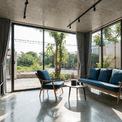 <p> Ngôi nhà sử dụng các vật liệu thuần tự nhiên như gạch trần, bê tông, sắt, gỗ và đá.</p>