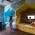 <p> Phòng ngủ của Chi và Vi được chia làm 2 nửa với nội thất mang màu sắc khác biệt. 2 chiếc giường được thiết kế giống như hai căn nhà nhỏ, có cửa sổ riêng. Dù ở chung phòng, đôi chị em vẫn có thế giới riêng của mình.</p>