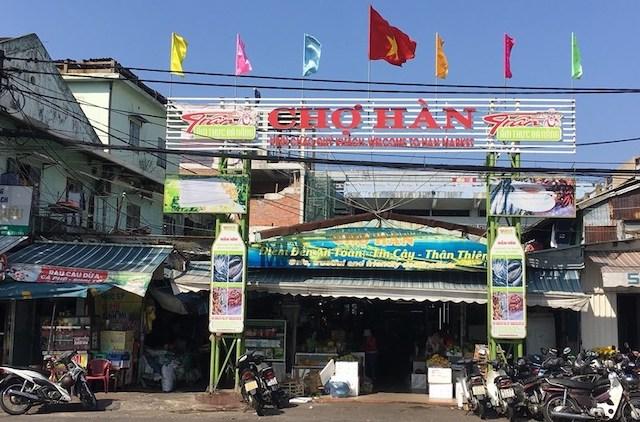 Chợ Hàn, một trong những điểm mua sắm của du khách đã vắng lặng trong mùa dịch Covid-19.