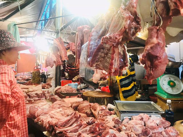 Giá heo hơi ngày 8/3: Thịt heo tại chợ truyền thống tăng mạnh