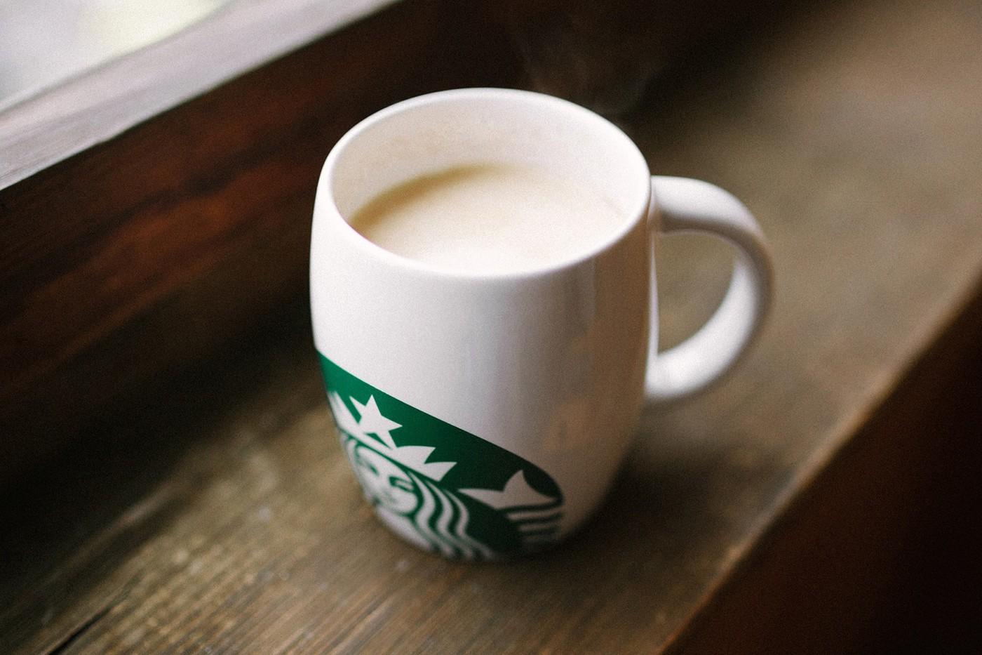 Starbucks tạm dừng cốc cá nhân và cốc tái sử dụng do lo ngại Covid-19