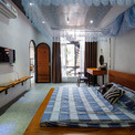 <p> Phòng ngủ ở tầng 1 có diện tích rộng, nội thất được thiết kế và sắp xếp đơn giản.</p>