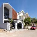 """<p class=""""Normal""""> PH House được xây dựng trên một mảnh đất hướng Tây, diện tích 8x20 m ở Quảng Bình. Với đặc điểm này, giải pháp thông gió, lấy sáng là vấn đề được quan tâm hàng đầu.</p>"""