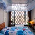 <p> Phòng ngủ đều lấy ánh sáng tự nhiên thông qua lớp gạch lỗ.</p>